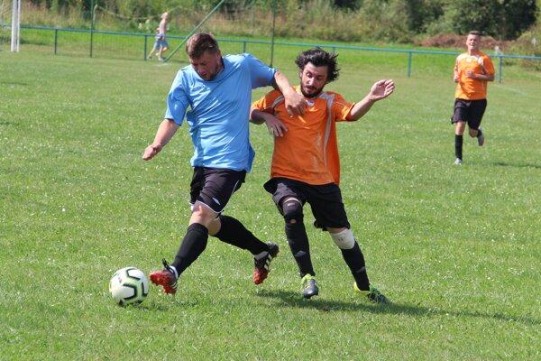 Bziny (v modrom) mali zápas v Krušetnici výborne rozohraný.