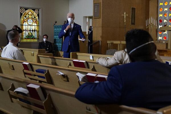 Joe Biden v kenoshskom kostole.