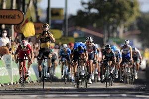 Wout van Aert vyhráva 7. etapu na Tour de France, Peter Sagan vpravo vzadu.