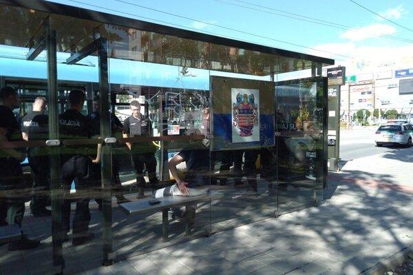 Podozrivého muža po incidente strážila polícia na zastávke autobusu.