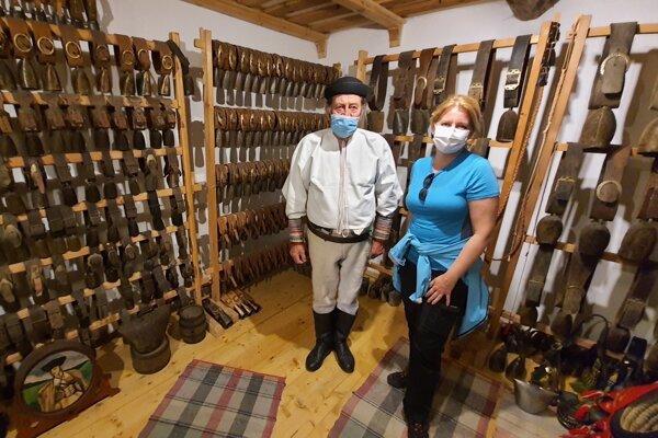 Prezidentka Zuzana Čaputová s Mikulášom Gigacom v súkromnom múzeu zvoncov.