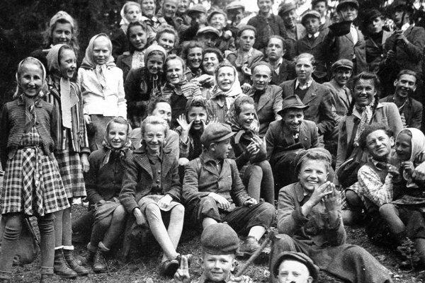 Sásovská mládež na Šachtičke v roku 1943.