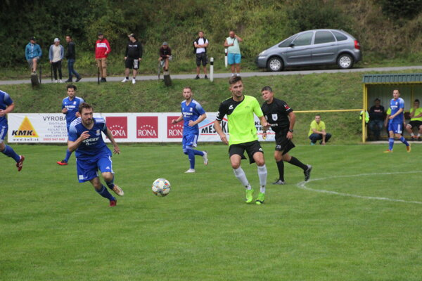 Momentka zo zápasu Horná Poruba (v zelenom) - Melčice-Lieskové.