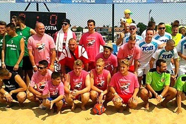 Členovia tímu FC Nov v strede v ružových dresoch.