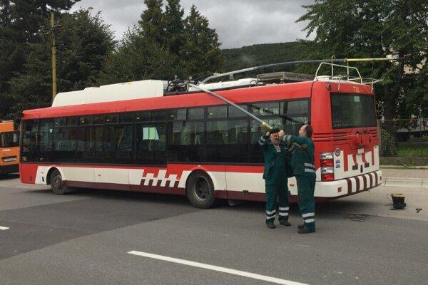 Pokazený trolejbus na Budovateľskej ulici v Prešove.