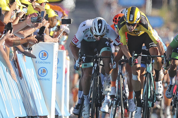 Peter Sagan a Wout van Aert v súboji v 11. etape na Tour de France 2020.