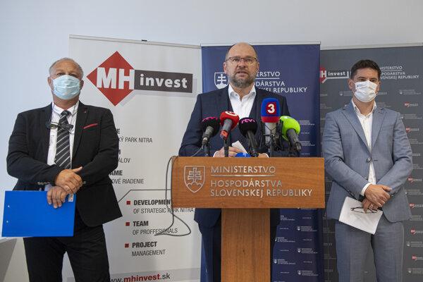 Minister hospodárstva SR Richard Sulík (uprostred), konateľ spoločnosti MH Invest Boris Kačáni (vľavo) a konateľ spoločnosti MH Invest II Ladislav Matejka počas tlačovej konferencie k zhodnoteniu prvých 100 dní nového vedenia spoločnosti MH INVEST.