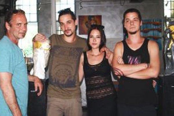 Trojica súrodencov Neuschlových so svojím otcom.