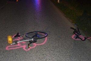 Po zrážke s autom sa bicykel zlomil na tri časti. Tu sú dve z nich.