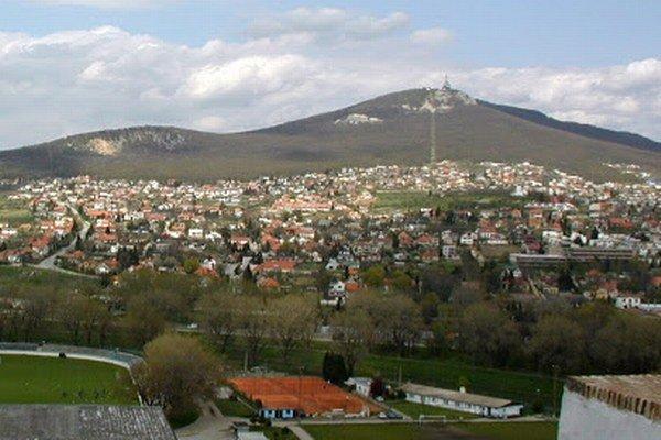 Kríž by mal stáť v lokalite Malá Skalka, ide o juhozápadný výbežok vrchu Zobor (vľavo).