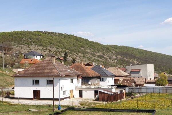 Obec Kečovo a v pozadí prírodná rezervácia Kečovské škrapy.