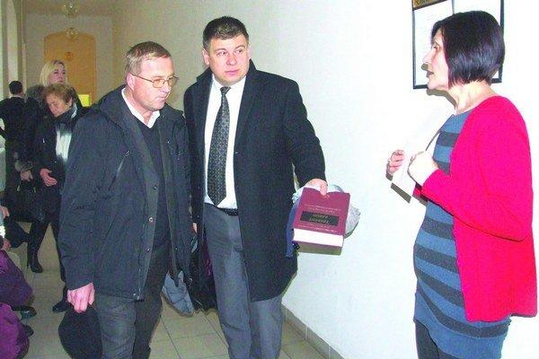 Odsúdený kňaz (vľavo) so svojím obhajcom Martinom Kanásom na súde.
