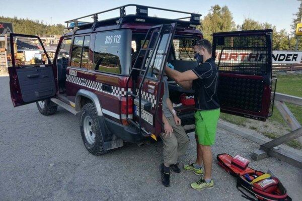 Horskí záchranári pomáhali paraglajdistovi.