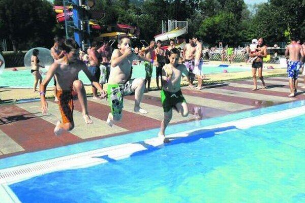 Nitrianske kúpalisko spravuje Službyt. Sezóna sa tradične začína koncom júna.