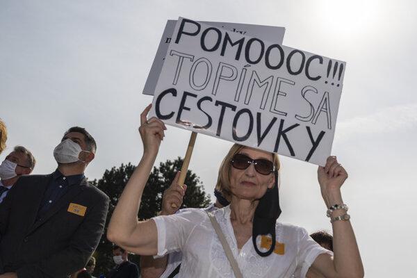 Protestujúca počas zhromaždenia Asociácie hotelov a reštaurácií Slovenska na podporu cestovného ruchu pred Úradom vlády v Bratislave 16. septembra 2020.