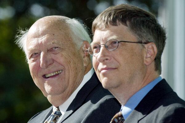 William H. Gates starší spolu so svojím synom Billom na archívnej fotografii zo septembra 2003.