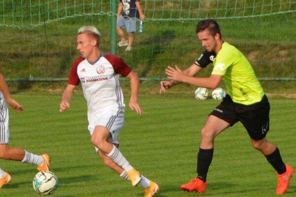 Dávid Chrenko sa snaží zastaviť hráča z Podbrezovej.