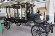 Pohrebný historický koč bude vystavený v sklenenej vitríne na cintoríne.