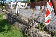 Starý múr je už v dezolátnom stave.