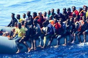 Migranti na člne.
