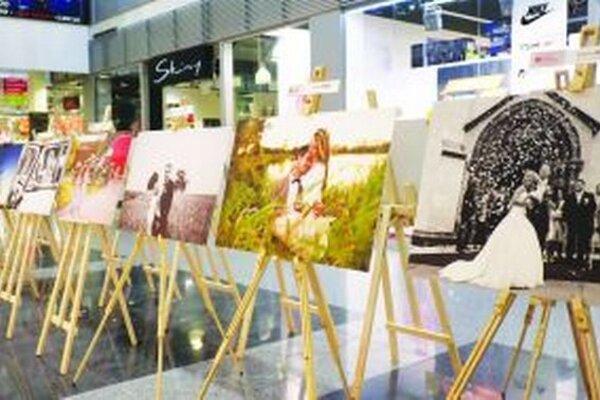 Výstava svadobných fotografií v ZOC Max v Nitre potrvá do polovice mája.