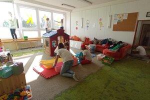 Hračky a pomôcky pre deti v Rodinnom centre Dlháčik dobrovoľníci vydezinfikovali.