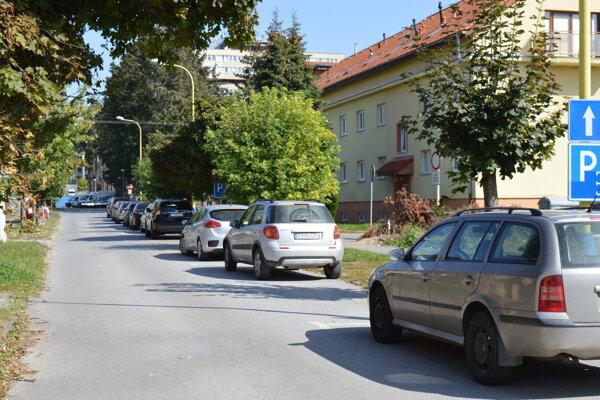 Rumanova ulica a nové parkovacie miesta v blízkosti nemocnice.