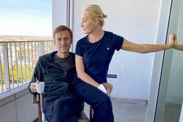 Ruský opozičný líder Alexej Navaľnyj a jeho manželka Julia na balkóne berlínskej nemocnice Charité.