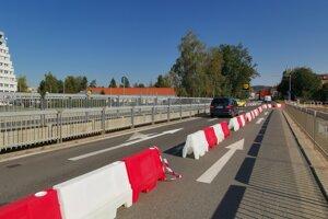 Jeden jazdný pruh tu vyčlenili pre chodcov