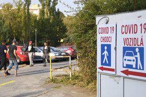 Odberové miesto má tri koridory, dva pre autá, jeden pre peších pacientov.