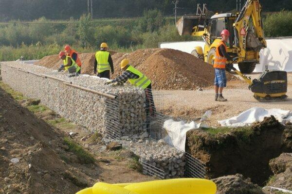Výstavba gabiónov, na ktoré príde platňa z betónu.
