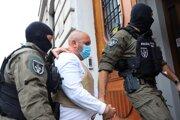 Eskorta privádza obvineného Dušana Kracinu na Špecializovaný trestný súd.