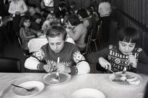 Stravníci v Detskom mestečku v Trenčíne-Zlatovciach v roku 1979 mali na tanieri asi niečo chutnejšie ako pľúcka na smotane.