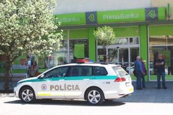 Polícia prehľadáva aj priestory Prima banky na Štefánikovej ulici v Nitre.