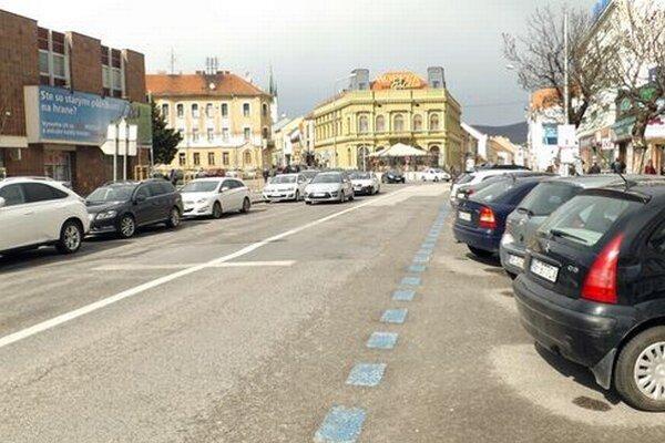 Modré čiary označujú platené parkovanie.