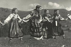 Detské hry z Liptovskej Lúžnej na Plickovej fotografii.