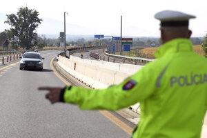Polícia vykonáva na hraničných priechodoch preventívno-bezpečnostnú akciu, ktorá súvisí so zamedzením šírenia ochorenia COVID-19. Cieľom je zistiť aktuálny stav dopravy cez hraničné prechody so susednými štátmi a preto náhodne kontroluje dodržiavanie opatrení Úradu verejného zdravotníctva SR.