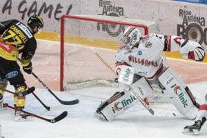 Brankár Peter Hamerlík dostáva jeden z gólov v zápase Bratislava Capitals - Viedeň Capitals.