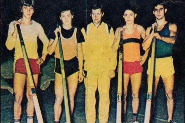 Viktor Sergejenko (v strede) so svojimi zverencami.