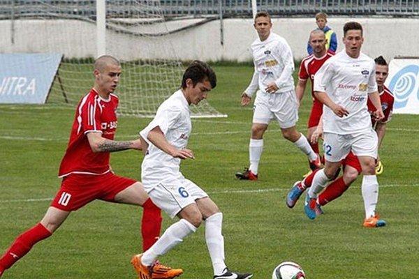 Juniori Nitry (na snímke Barborík, Moravčík a Fábry) porazili Močenok 5:0.
