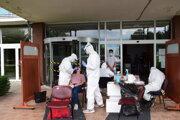 Testovanie študentov medicíny pred vstupom do internátu.