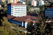 Návštevy zakázala aj nemocnica v Brezne.