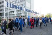 Odborári zorganizovali začiatkom júna protest pred fabrikou v Tlmačoch. Prepúšťaniu to nezabránilo.