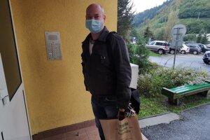 Pomocnú ruku s nákupom podal aj policajt Roman.