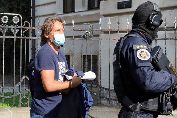 Eskorta privádza bývalého riaditeľa Kriminálneho úradu finančnej správy Ľudovíta Makóa na Špecializovaný trestný súd v Banskej Bystrici.