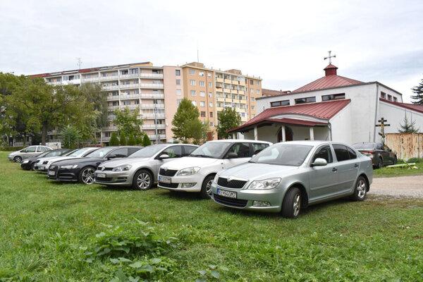 Pred chrámom stojí aj počas pracovného dňa tucet áut.