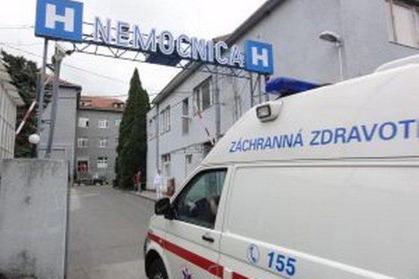 Pracovníkovi prepravnej služby sa ťažilo vyložiť pacienta do nemocnice. Nechal ho čakať v sanitke. Nemocnica za problém nemôže, chybu už priznal majiteľ prepravnej služby.
