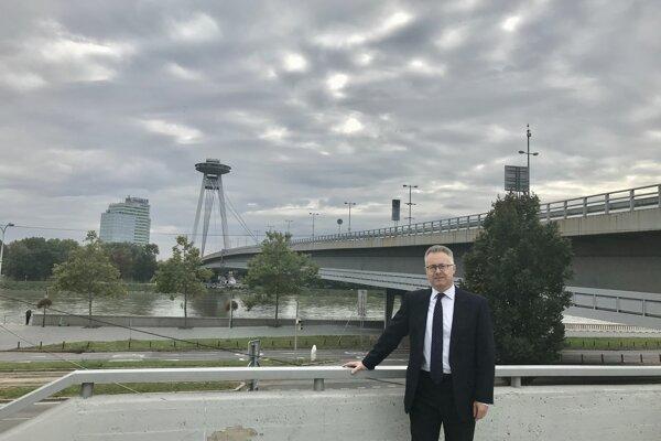 Nigel Baker pôsobil na britskej ambasáde v Bratislave v rokoch 1993 až 1996. V septembri 2020 bol vymenovaný za veľvyslanca V. Británie na Slovensku.