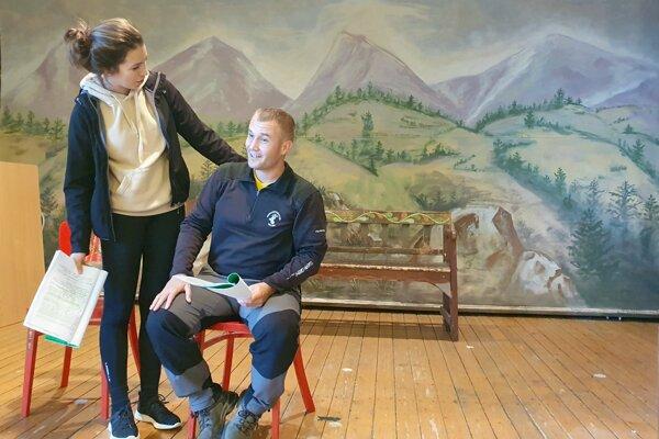 Herci ochotníckeho divadla Jaroslav Žigala a Lucia Počatková.