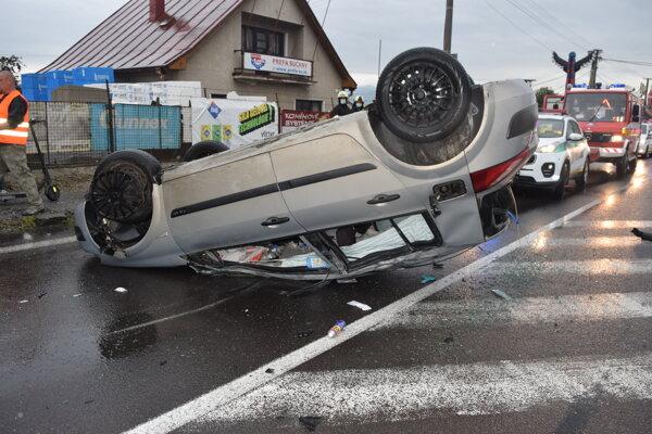 Po dopravnej nehode vo Vrútkach sa jedno auto prevrátilo na strechu.